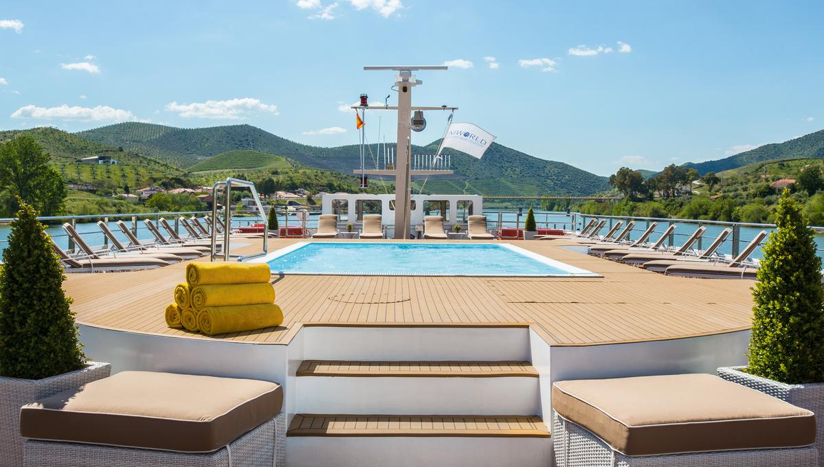 Uniworld Queen Isabel - Pool deck