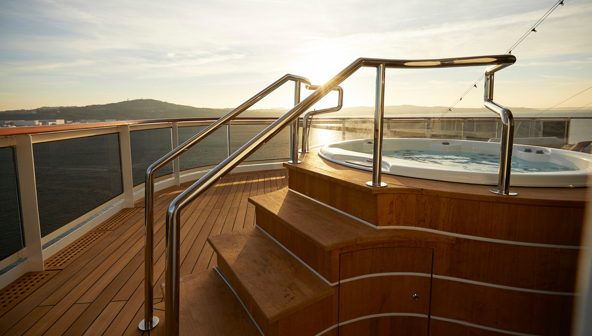 Regent Seven Seas Splendor - Regent Suite hot tub