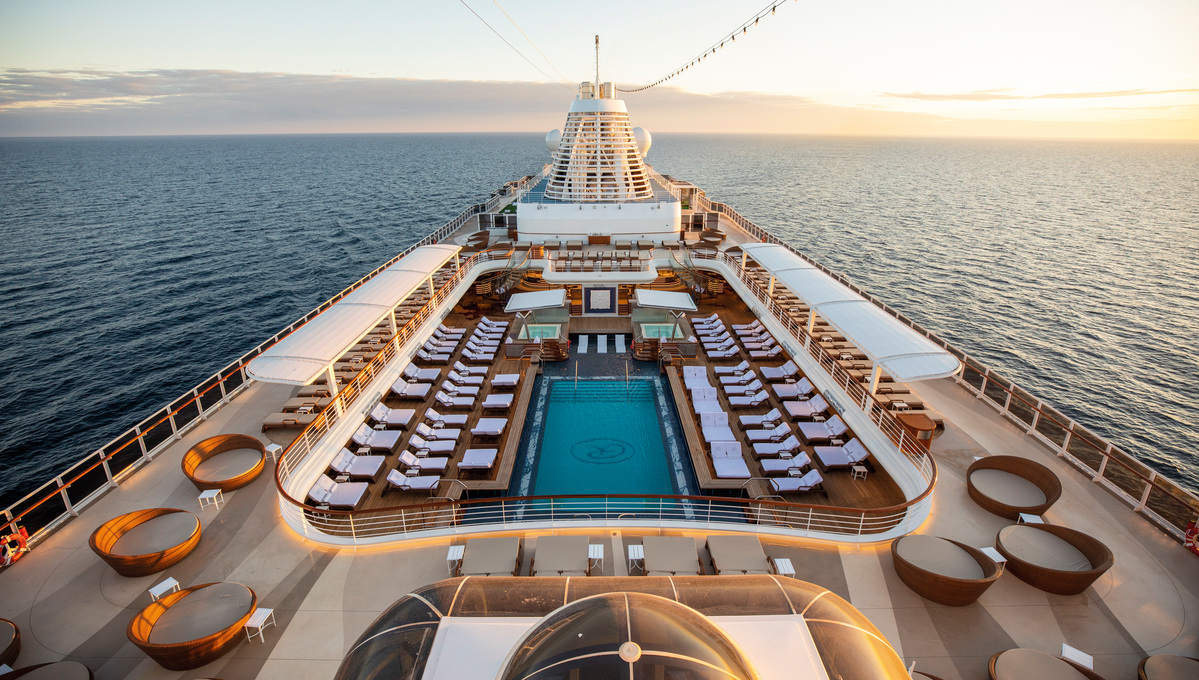 Regent Seven Seas Splendor - Pool deck