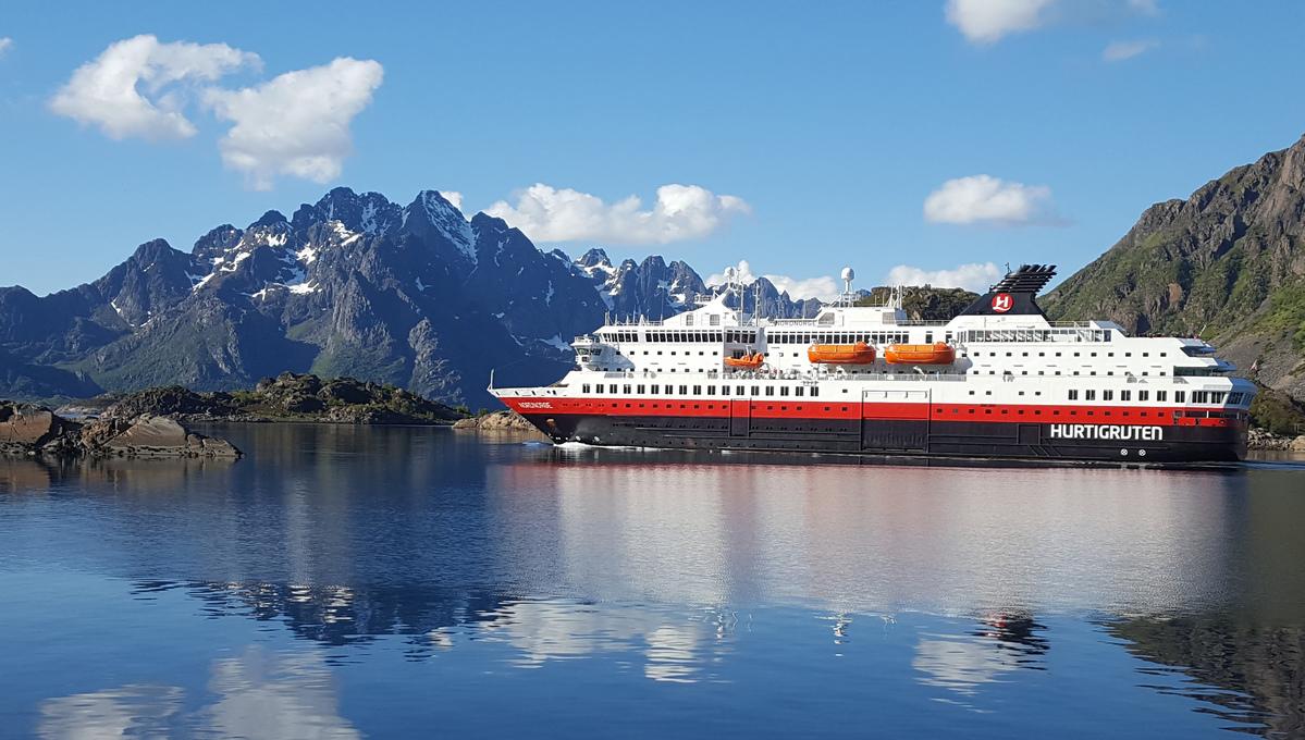 Hurtigruten - MS Nordnorge in Svolvaer