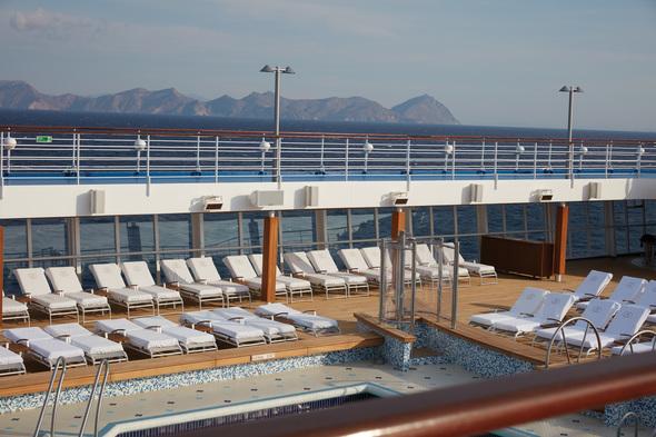 Regent Seven Seas Voyager - Pool deck