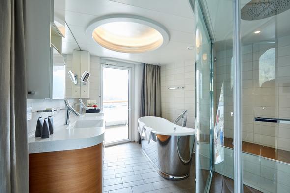 Hapag-Lloyd Cruises - Hanseatic NATURE - Grand Suite bathroom
