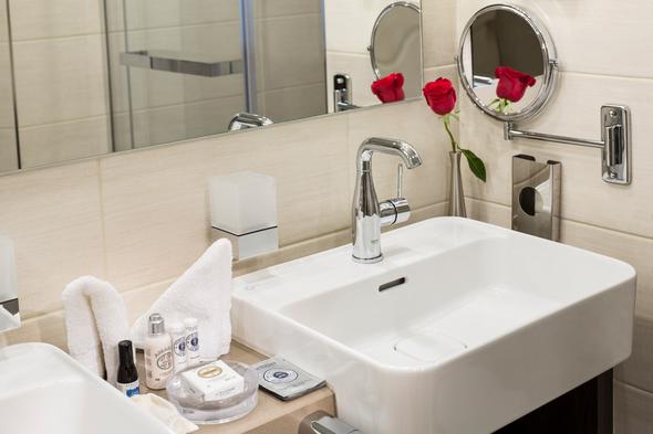 Star Breeze - Owner's Suite bathroom with L'Occitane amenities