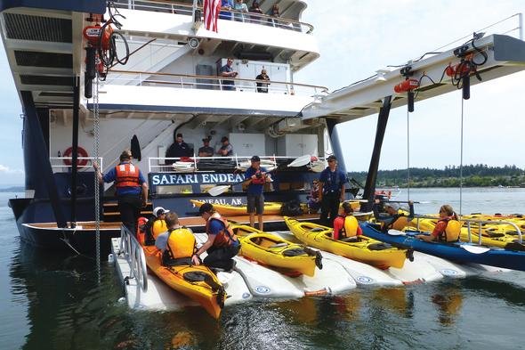Safari Endeavour - Kayak loading