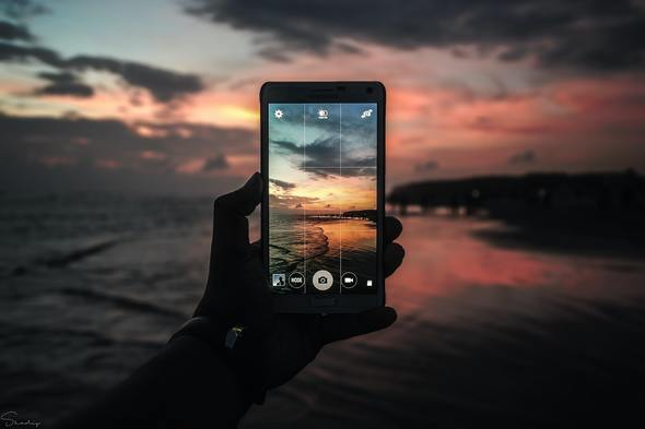 Using gridlines and the rule of thirds on a smartphone