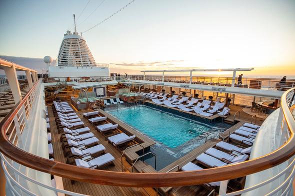 Regent Seven Seas Splendor - Pool deck
