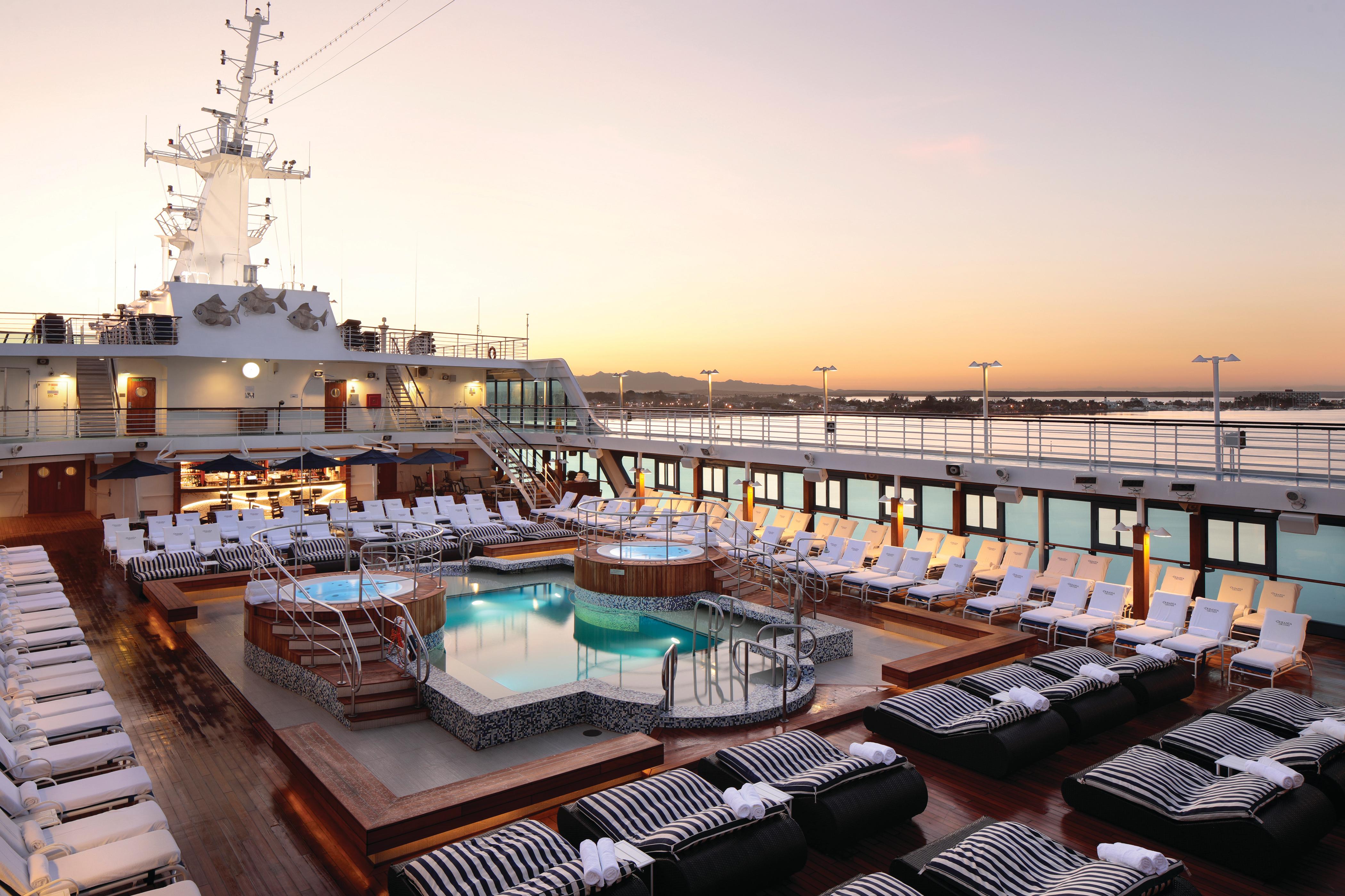 Oceania Insignia - Pool deck