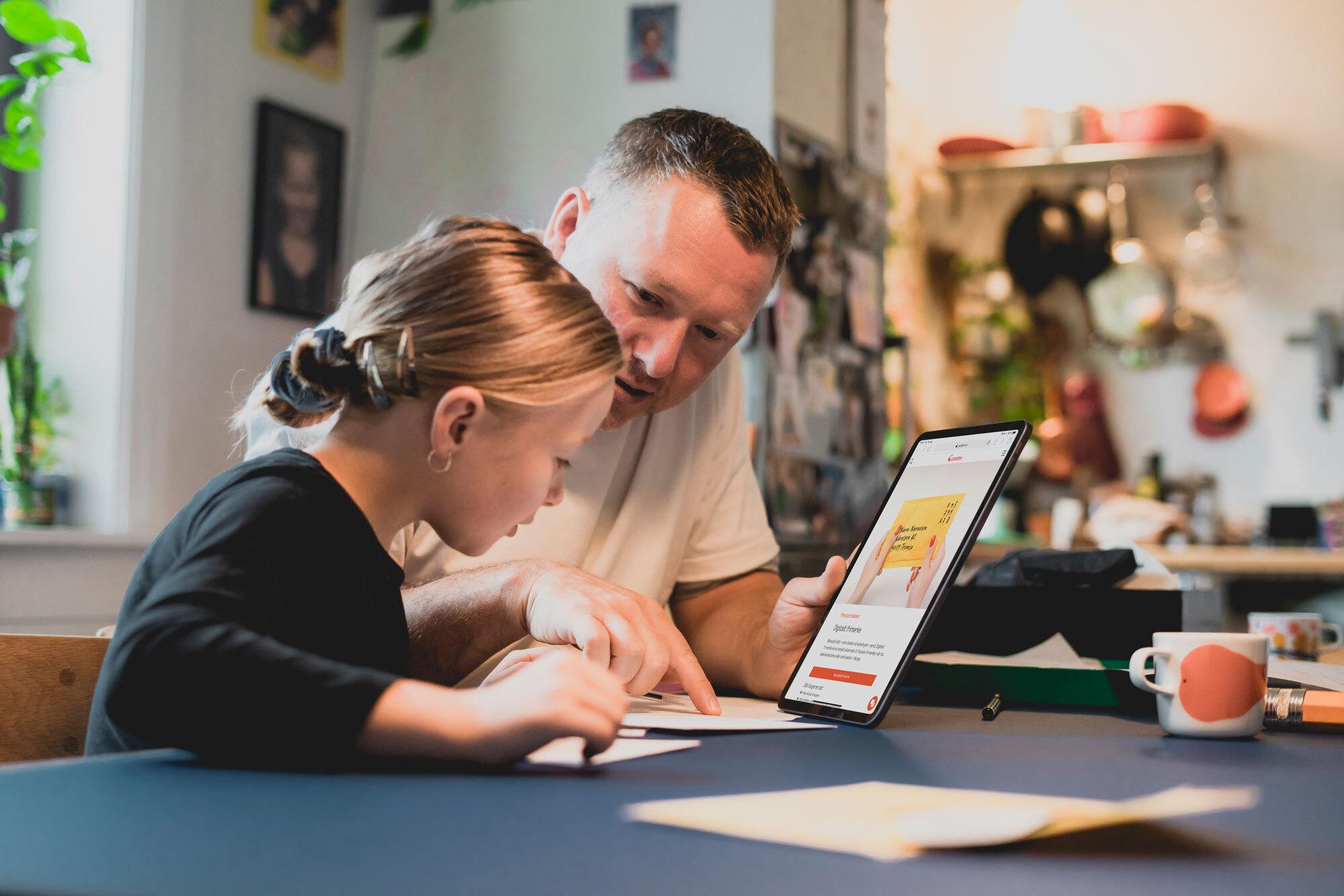 Foto av far og datter som bruker digital tjeneste
