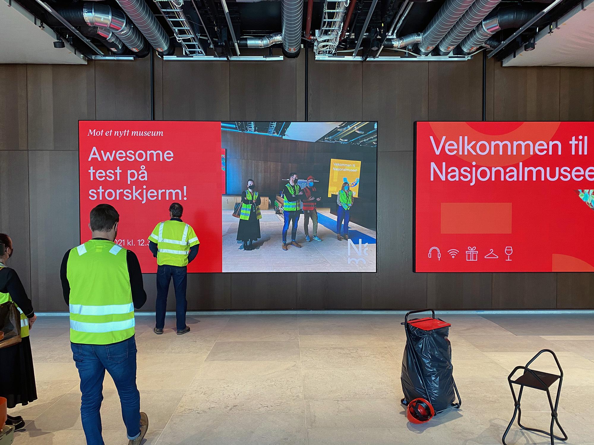 Store skjermer i museet viser frem innhold laget i designmaskinen