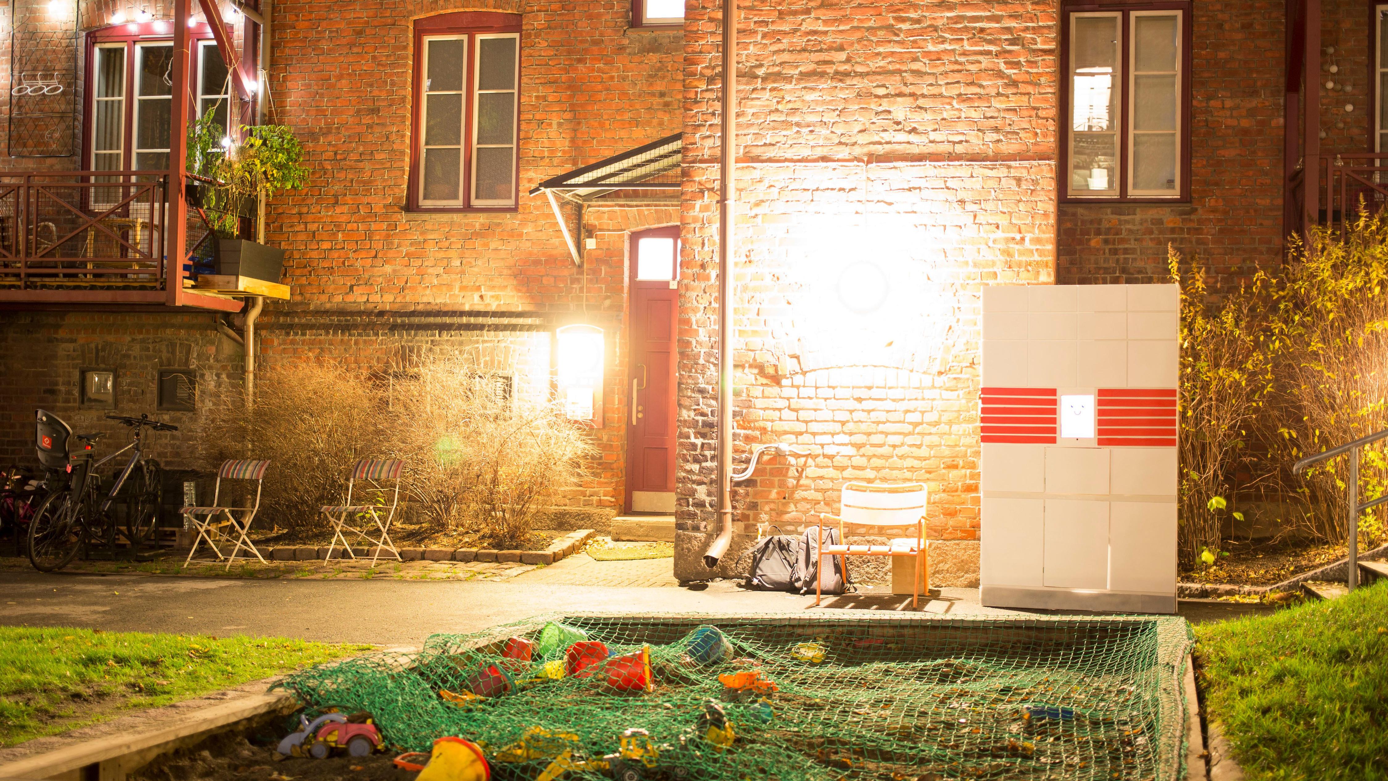 prototype av pakkeboksen i en bakgård i Oslo