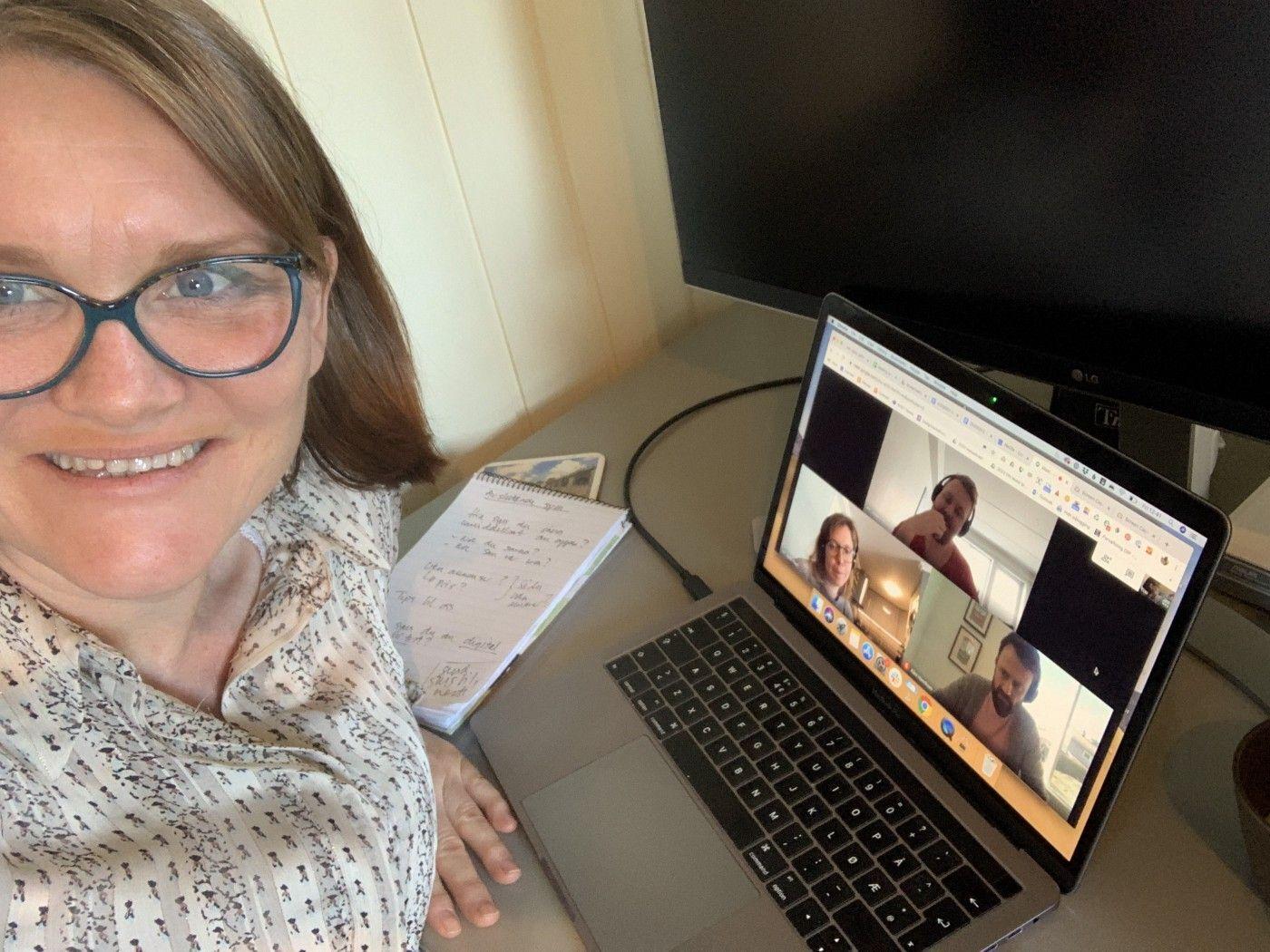 Bilde av moderator Vaagen Cecilie Smestad foran skjermen med testpersoner på video