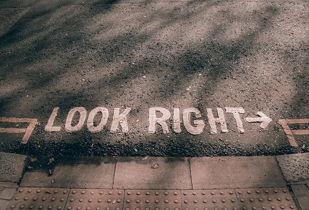 Illustrasjonsbilde som viser merking om å se til høyre når du krysser gata