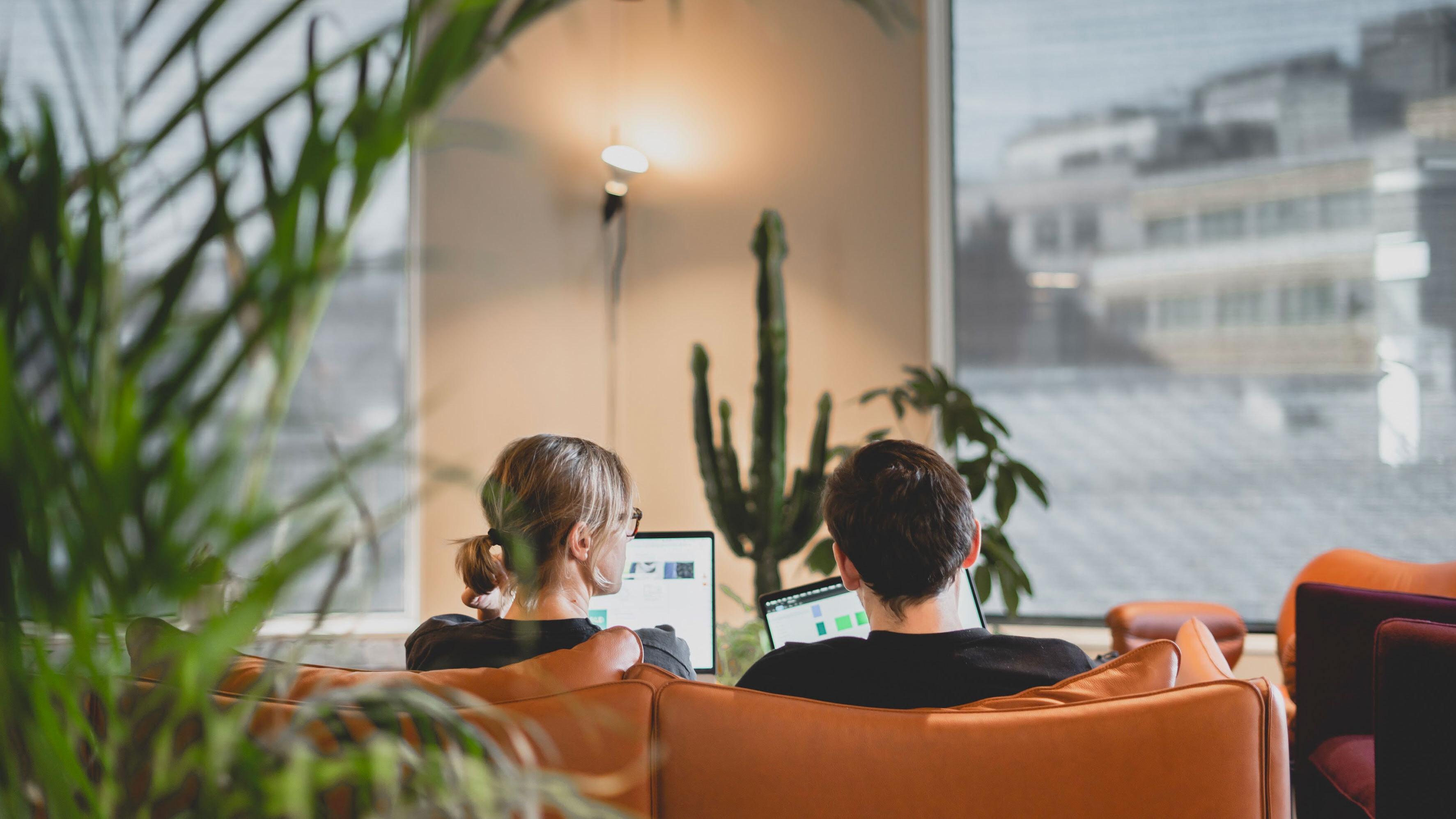 Vi jobber sammen for å løse problemene til kundene våre, gjerne i sofaen på Youngstorget