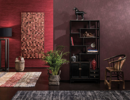 Room that plays with all shades of red. From bright red in the raffia wallcovering. Red-brown from the framed bakbak. Stunning burgundy on the near wall. Furniture to go with it.