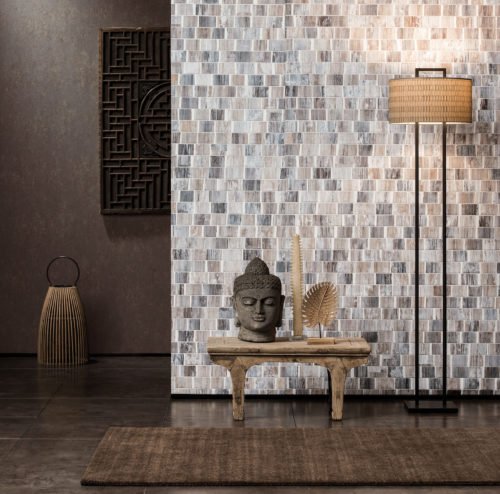 We are showing two walls with Omexco wallcoverings. One with a bakbak with white wash. In contrast a dark brown plain with sandy structure. Asian details in the accessories.