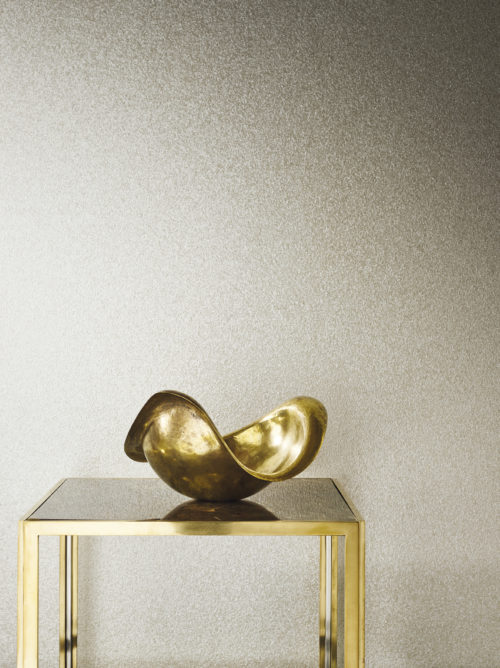 Omexco mica shells wallcoverings come in different sizes. In this picture the small mica shells. The pearlescant shine goes well with the gold and glass table and gold bowl.