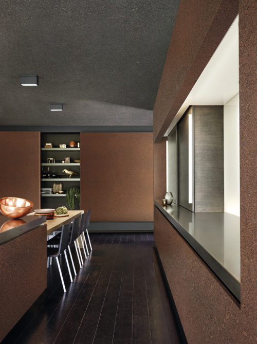 In this contemporary kitchen two mixed-size natural mica wallcoverings are combined. Dark grey on the ceiling forming a night sky with shimmering starts. Rust coloured mica on the walls.
