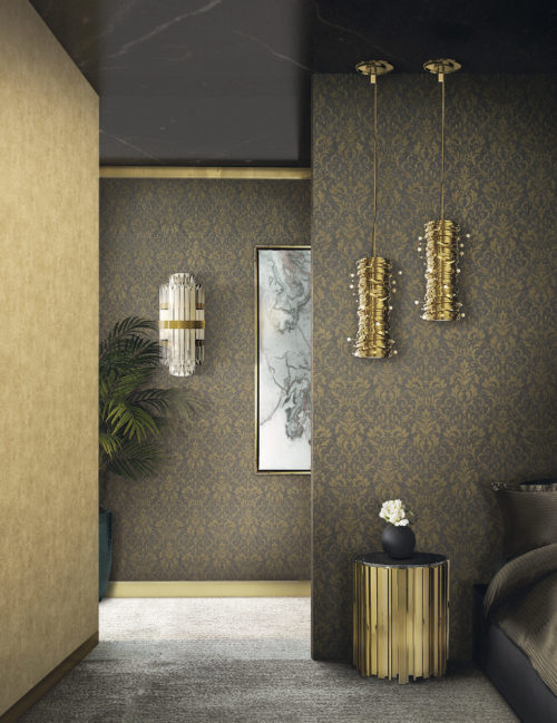 Bedroom in brown tones with brown and gold damast wallcovering on the wall. Golden side table end pending lamps.
