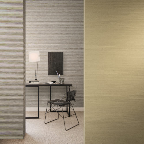 We see a desk and a nice play of lines: horizontal in the paper strips wallcovering, vertical in the artwork on the wall. A touch of colour on the right wall: a soft yellow from the Omexco Koyori range.
