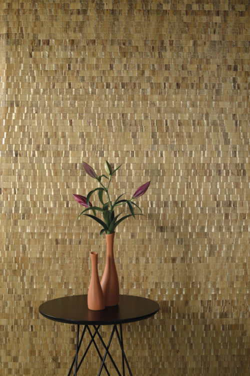 A book of Luxury, Seraya is an ode to the Earth and all its splendours. In this interior picture we see the waterlily wallcovering in beige with luxurious gold ground.