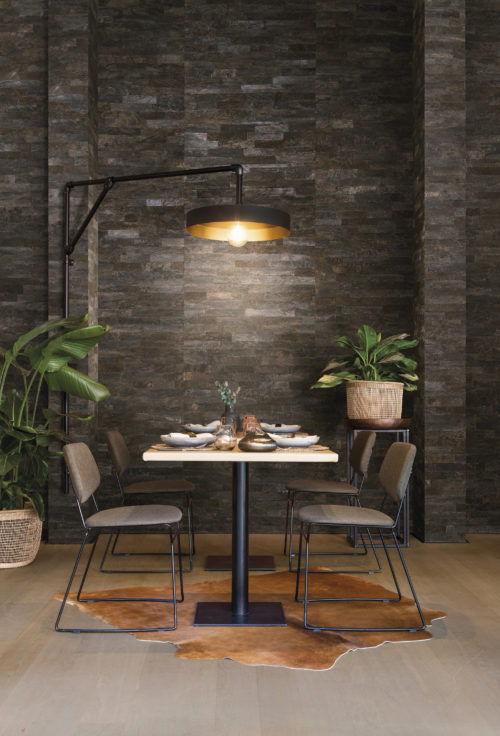 This dining room feels like going on a holiday. The tropical plants, the earthy wallcovering, the animal skin on the floor, the coconut bark wallcovering on the wall: the coconut tree, symbol of far-off tropical islands, is enveloped by bark that is striped, marbled and smooth yet coarse. Intense weathering adds beauty to the material with a harmony of tones softened by the elements.