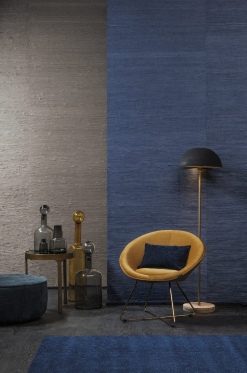 In this picture two contrasting colours in handwoven jute: grey and electric blue. The natural beauty of jute, a timeless and chameleon-like material, is perfectly suited to all interiors. The fibres are densely woven by hand to achieve a monochrome finish. The artisan knots the material to considerably extend the weave.
