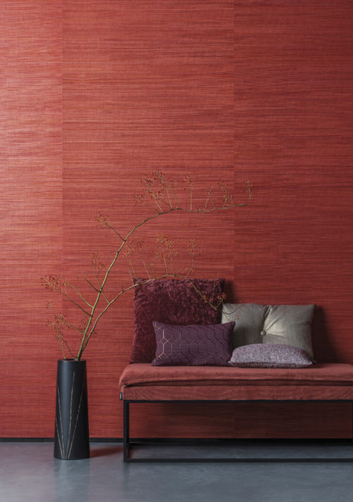 This wall vibrates red, showering the room with intense colour. Our polychrome sisal from our Seraya collection: multi-coloured uneven threads of sisal, woven and laminated on a reflective background.