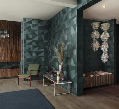 Nous voyons une pièce magnifique avec des meubles et des lampes rétro. La toile de fond parfaite pour les carreaux diagonaux de Sycamore D'Omexco. Les découpes de bois orientées aléatoirement acceptent différemment la lumière créant de multiples nuances.