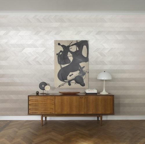 Cette image détaillée montre notre motif chevron de notre collection Sycamore: intemporel et élégant. Nous suggérons un installation horizontal. Revêtements muraux exclusifs Sycamore: un glamour doux reflétant notre désir d'un lien plus profond avec la nature.