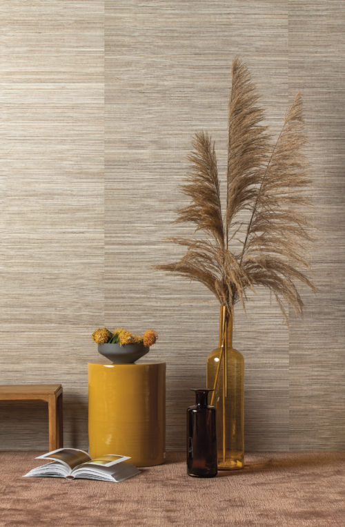 We see an interior here starring our polychrome sisal from the Seraya wallcovering collection: multi-coloured uneven threads of sisal, woven and laminated on a reflective background. We've combined it with a yellow table, ocre vase and big plumes.