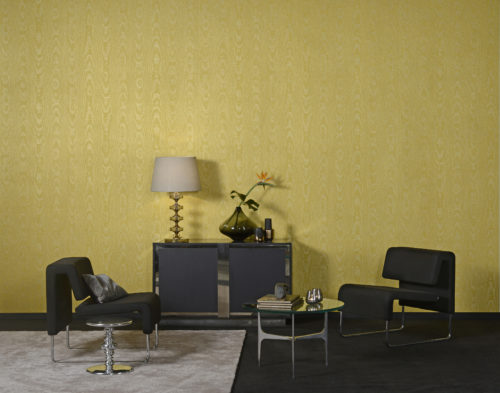 Like the gardens of Shalimar, near Lahore (Pakistan), the wallcovering collection Shalimar of Omexco took inspiration from the fusion of arab and persian influences. This beautiful motif was printed on rayon warps for a luxurious feel. The curcuma yellow of the moiré is stunning. We see it combined here with leather chairs and black mirror console.