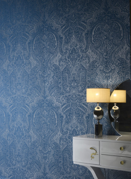 Like the gardens of Shalimar, near Lahore (Pakistan), the wallcovering collection Shalimar of Omexco took inspiration from the fusion of arab and persian influences. In this interior: the stunning arab blue damask. We see a white console with snake handles.