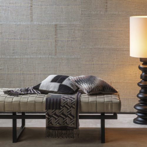 Decor with raffia weave wallcovering from the Aruba range. Chaise longue and pillows.