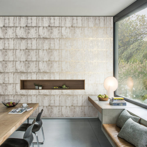Room with large window, cose windowsill seating, beige and white Antarès wallcovering by Omexco