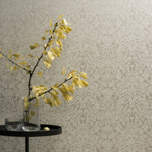 Damask wallcovering from the Omexco Elegance range. Round table with a ginko biloba branch in a glass vase.