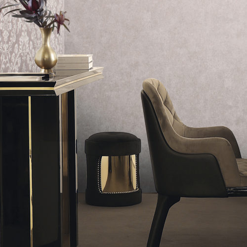 Pink, brown and gold dining room. Velvet dining chair. Console with golden vase and flowers. On the wall: Gala plain and damast wallcoverings by Omexco.
