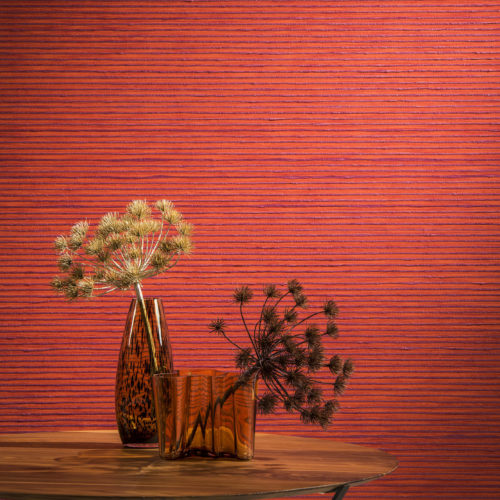 If you want a wall that stands out, choose for this bright orange zebra yarn wallcovering from the Omexco Koyori range. Nicely combined with a wooden table and sepia vases.