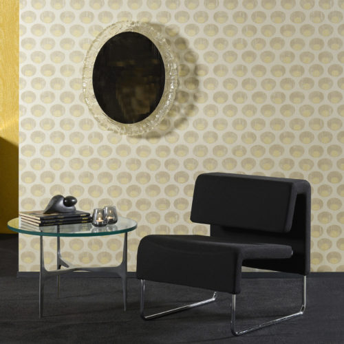 Like the gardens of Shalimar, near Lahore (Pakistan), the wallcovering collection Shalimar of Omexco took inspiration from the fusion of arab and persian influences. This beautifull motif was printed on rayon warps for a luxurious feel. We see a black leather lounge chair and glass decorator mirror.