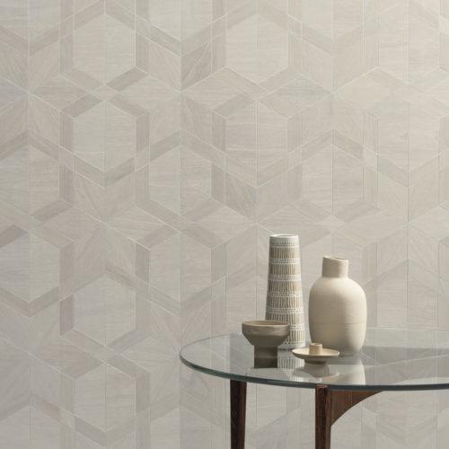 Cette photo montre un détail du design cubiste blanc et beige de la collection Sycamore d'Omexco. Sycamore est une collection exclusive de revêtements muraux en placage de bois pour habiller vos murs d'une beauté tactile.