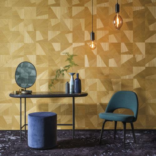 Dans cette image, un exemple de la façon dont la collection Sycamore d'Omexco incarne la beauté naturelle et le glamour doux. Un beau contraste entre le design 'dimensions' en jaune avec des détails intérieurs verts: une chaise, un pouf, des lampes à pendule et dans le miroir, nous voyons le même revêtement mural en vert apparaître.