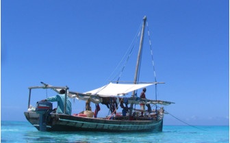 Picture of fishing boat in front of Chole Mjini