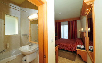 Picture of a double room and bathroom in Hotel San Andrea