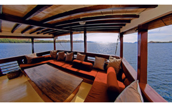 Picture of lounge beds onboard the Seven Seas