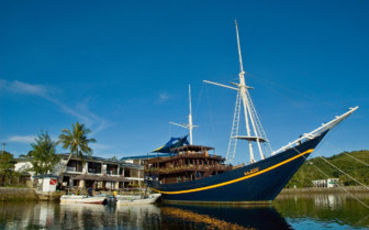Picture of the boat at Manta Ray Bay