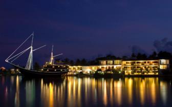 Picture of Manta Ray Bay at night