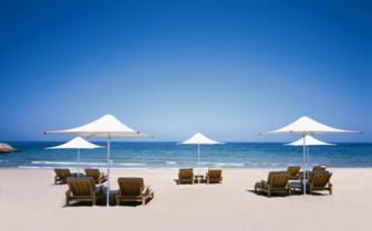 Sun loungers at the ocean at Shangiri- La Barr al Jissah