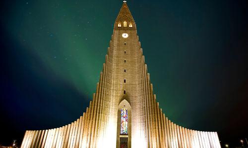 Hallgrimskirkja church at night