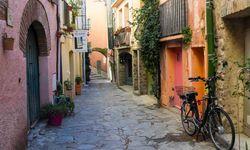 Bike down alleyway