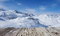 Wooden plateau to the slopes