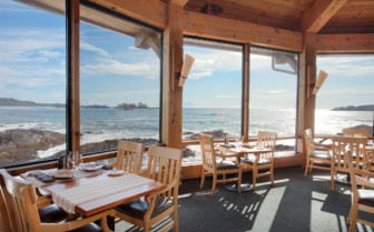 Dining with ocean view at Wickaninnish Inn